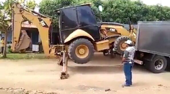 טכניקה מרשימה והמון סבלנות: צפו- ככה מעלים טרקטור למשאית