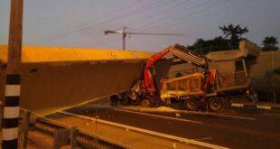 כביש 4: גשר קרס מפגיעת משאית סמוך לבני ברק, הנהג לכוד