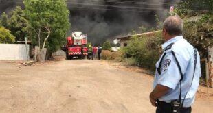 שריפה פרצה במחסן מזרנים במושב ביצרון, לוחמי האש פועלים במקום