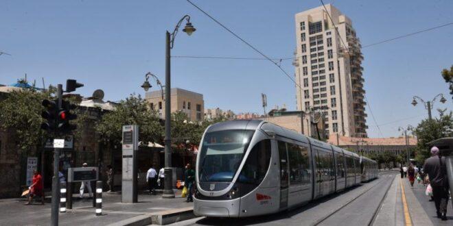 תיעוד מזעזע: ערבי תוקף חרדי ברכבת הקלה בירושלים ללא סיבה