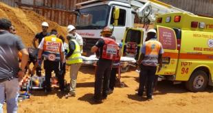 שני פועלים נפלו מגובה לתוך פיר באתר בנייה בפתח תקווה