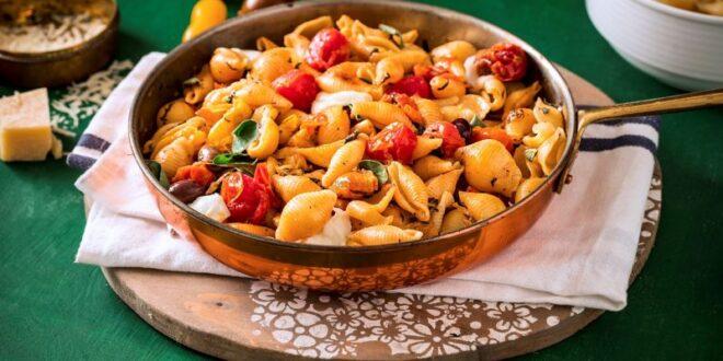 מתכון: פסטה קונצילה ריגטה עם עגבניות שרי צלויות, קלמטה ומוצרלה