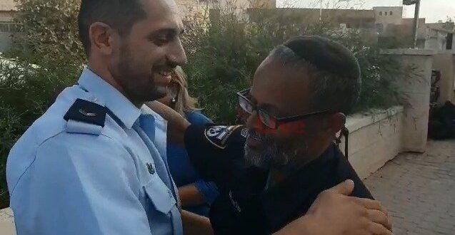 צפו: מפגש מרגש בין השוטר המחלץ לאב המשפחה מבאר שבע