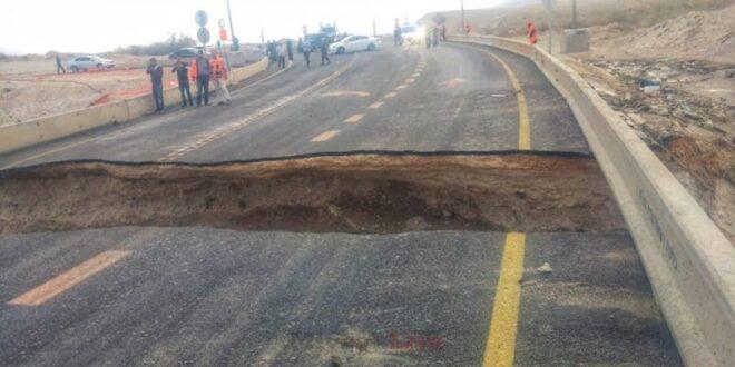 צפו: כתוצאה מהצפה וזרימת מים חזקה הכביש נפער לשניים
