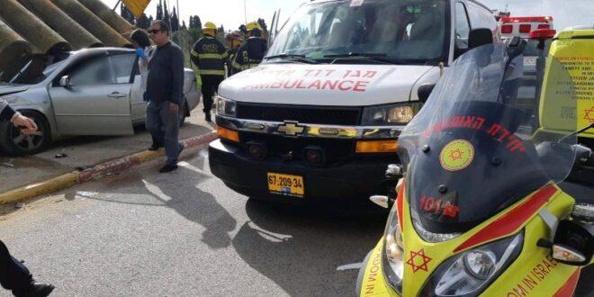 פצוע בינוני וקל בהתנגשות רכב בתחנת אוטובוס סמוך לתלמי אליעזר