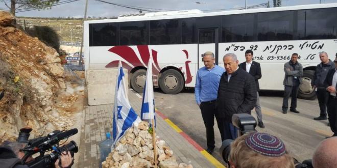 ראש הממשלה קרא פרק תהילים במקום הפיגוע בצומת גבעת אסף