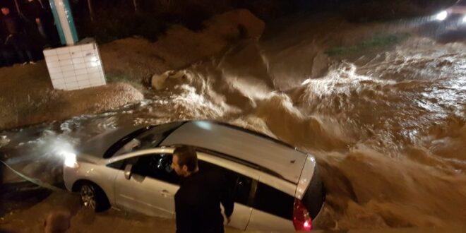 """צפו: נהג נלכד בטמרה עם רכבו בהצפה בכביש וחולץ ע""""י צוות כיבוי"""