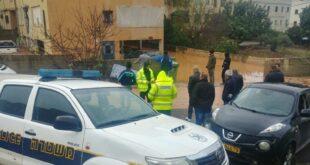 צפו: כוחות משטרה בחילוץ תושבים שנלכדו בהצפות בשל מזג האוויר