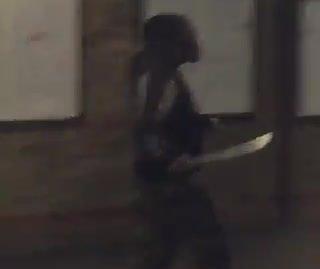 """גבר חמוש במצ'טה נורה בטייזר ע""""י שוטרים בתחנת הרכבת בלונדון"""