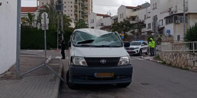 """""""זה ממש נס"""": עמוד תאורה קרס על רכב בראש העין, 2 נפצעו קל"""
