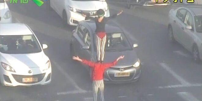 מראה בלתי שגרתי: מופע לוליינות באמצע הכביש המהיר – צפו