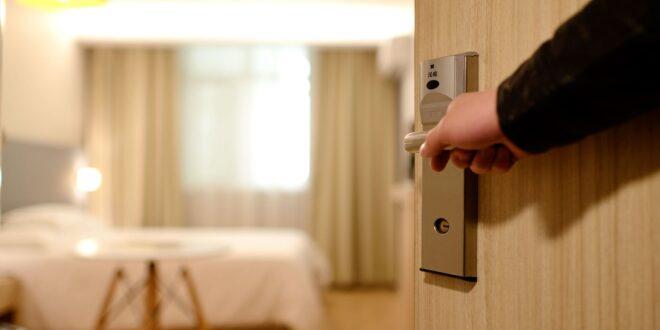 בן 20 נעצר בחשד לאונס בת 13 במלונית קורונה ביפו