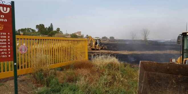 צפו: האש שהשתוללה נבלמה מטרים ספורים לפני קו הבתים