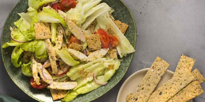 מתכון קייצי ומרענן: סלט קיסר עם פניני קרקר דגנים ורצועות עוף
