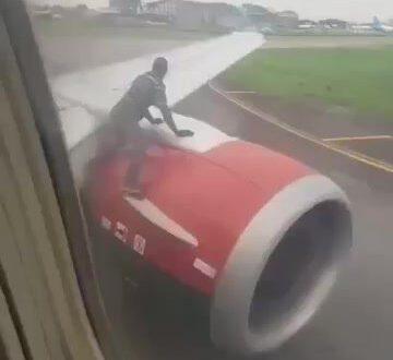 מטורף! אדם חשוד קפץ על הכנף רגע לפני שהמטוס המריא – צפו