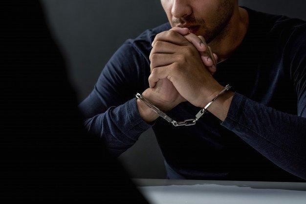 """תושב חיפה מואשם בחטיפת וסחיטת פקידת בנק בעיר: """"הדביק מטען דמה לבטנה"""""""