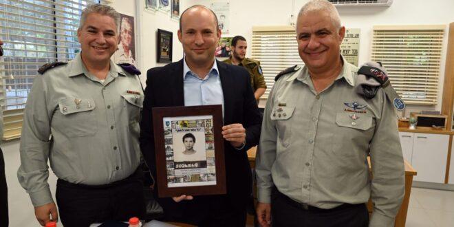 """בנט נפגש עם מתגייסים בבקו""""ם, בביקורו הוענקה לו תמונה מיום גיוסו"""