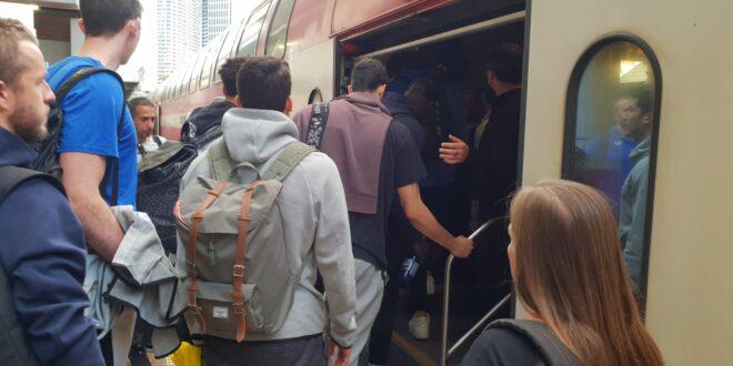 """נוסעי הרכבת הופתעו לגלות ששחקני מכבי ת""""א בכדורסל איתם בקרון"""