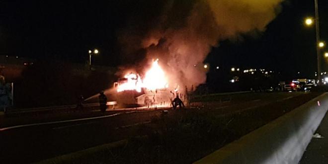 תיעוד: אוטובוס עולה באש בכביש 6 ליד מחלף נחשונים, הנהג נפגע קל