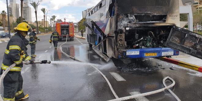 אש פרצה באוטובוס, הנהג פתח את הדלתות והנוסעים נמלטו