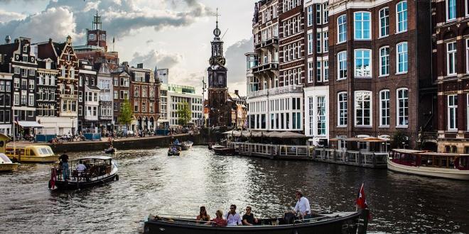 סירה ואגם במרכז אמסטרדם