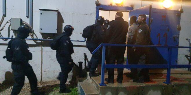 """אסירים בכלא עופר התפרעו, לוחמי וסוהרי שב""""ס השליטו סדר"""