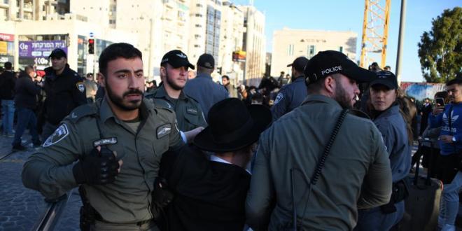 מפגינים חרדים חוסמים כבישים ואת תנועת הרכבת הקלה בירושלים