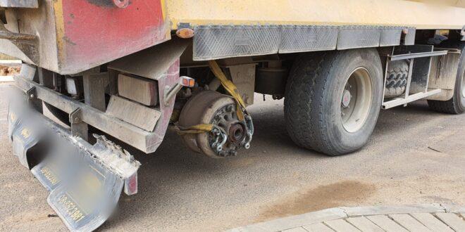 סכנת נפשות: משאית פול טריילר במשקל 54 טון ללא גלגל אחורי בנגרר