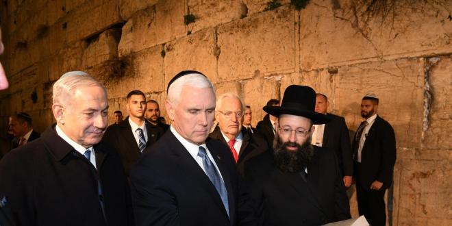 """ראש הממשלה נתניהו וסגן נשיא ארה""""ב פנס ביקרו בכותל והניחו פתק"""