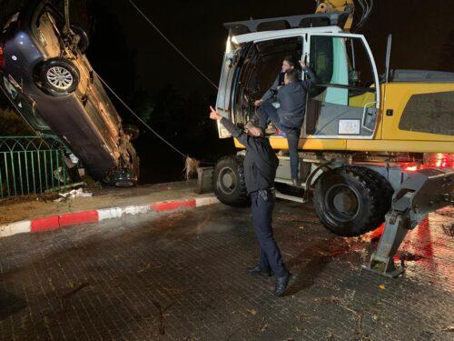 כוחות משטרה והצלה הוזעקו לחלץ רכב שנפל לתוך תעלת נחל תנינים בבנימינה. ...