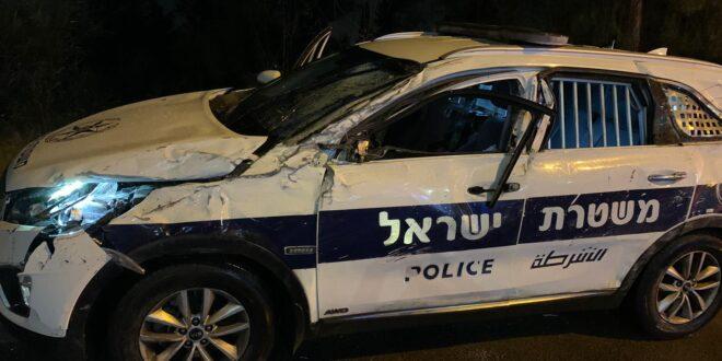 חשד: נהג שיכור, התהפך ופגע בניידת משטרה, 2 שוטרים נפצעו קל