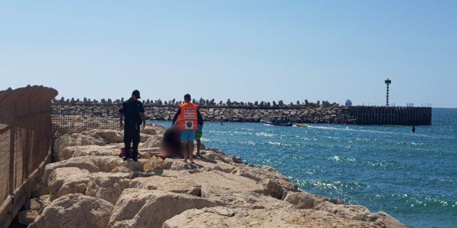 חוף הקשתות באשדוד: נפל מקייק, נסחף והצליח להגיע לשובר הגלים