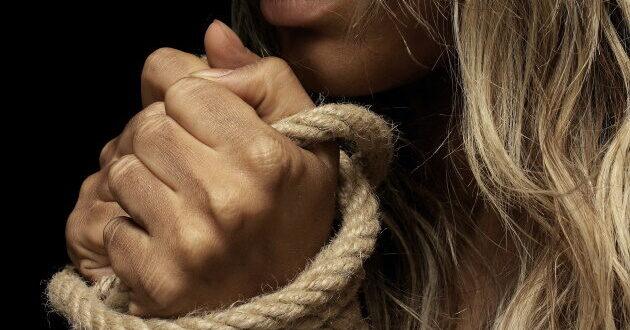 אישום: בן 64 מקריית גת תקף באכזריות אישה בעת ששהתה בדירתו