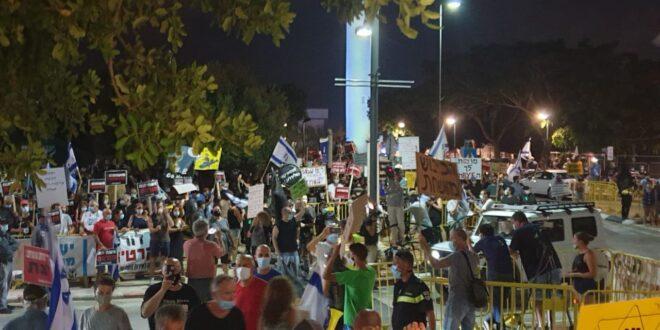 """אלפי מפגינים נגד רה""""מ נתניהו בירושלים ובקיסריה"""