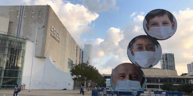 """צפו: דמויות עם מסיכה על פסל """"התרוממות"""" בכיכר הבימה בתל אביב"""