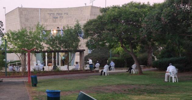 סקר: רוב הציבור בעד סגירת בתי הכנסת וצמצום ההפגנות