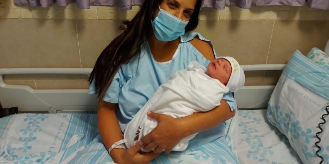 """נולדה התינוקת הראשונה לשנה החדשה בבית החולים רמב""""ם"""