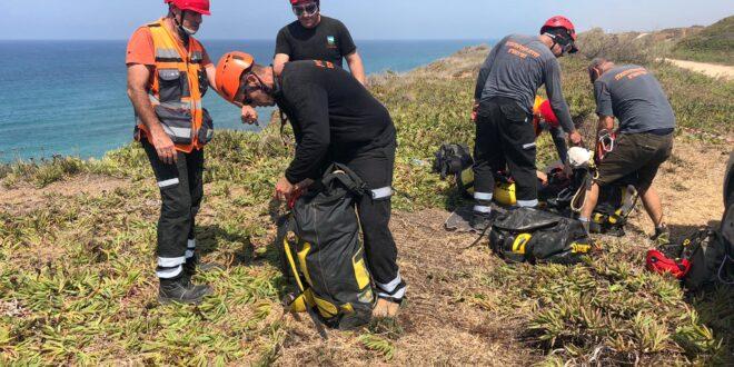 צפו: צוותי חילוץ הוזעקו לסייע לאישה ששברה את רגלה בחוף אפולוניה