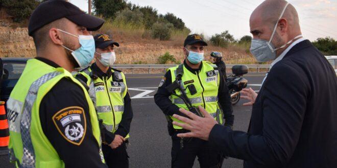 """השר אוחנה לשוטרים במחסומים: """"בזכותכם נוכל להציל חיים"""""""