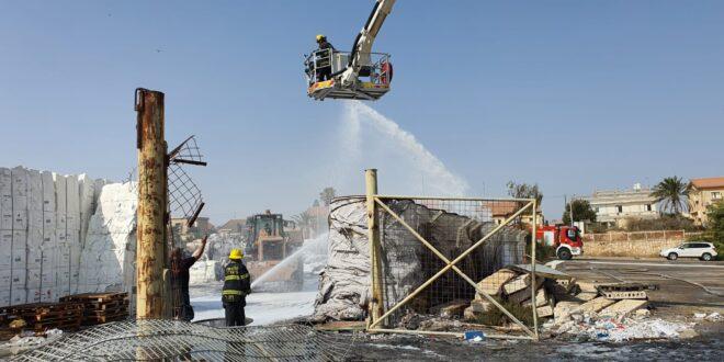 """צוותי כיבוי גדולים פועלים בשריפה שפרצה בשטח מפעל """"שניב"""" באופקים"""