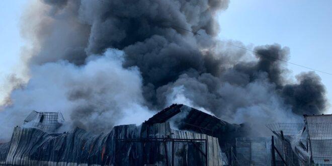 שריפה בהיקף נרחב פרצה במפעל מילואות בעיר עכו