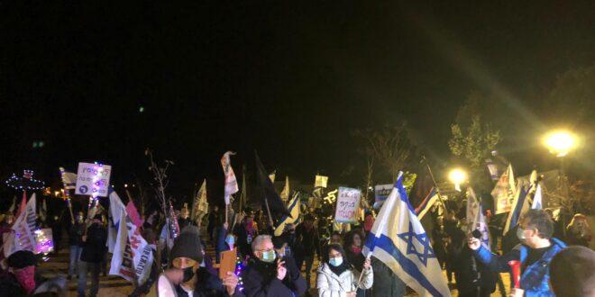 מאות מפגינים סמוך לבית נתניהו בקיסריה: ״דורשים חיסון לשחיתות״