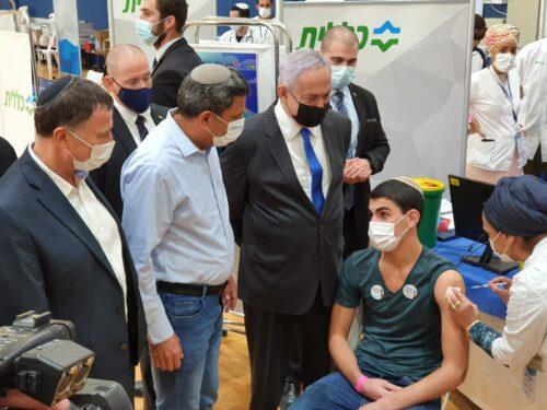ראש הממשלה נתניהו ושר הבריאות אדלשטיין בביקור במרכז החיסונים בשדרות. צילום: ללא קרדיט