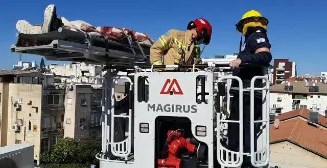 תיעוד: חילוץ אדם שנפגע כתוצאה מפיצוץ דוד מים על גג בניין בהרצליה