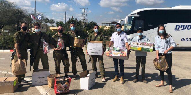 תנועת בני עקיבא חילקה עשרות משלוחי מנות לחיילים בודדים