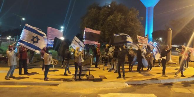 פעילי התנועה לאיכות השלטון מפגינים בקיסריה: ״ישראל היא לא דיקטטורה״