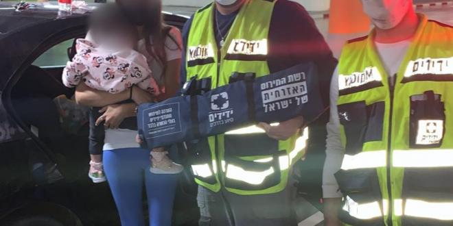 נתניה: פעוטה ננעלה בשגגה בתוך רכב וחולצה בשלום