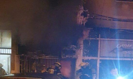 השריפה בחולון: טרם הושגה שליטה על האש, דיירים הונחו להסתגר בבתים