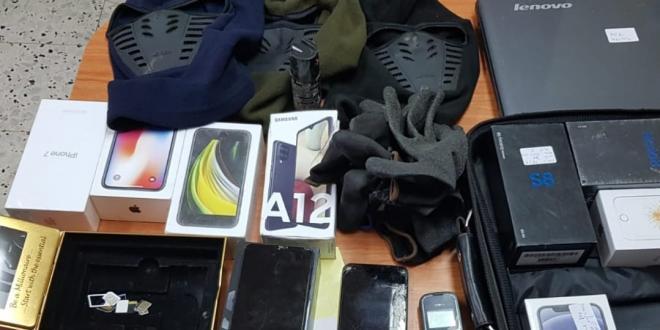 7 בני אדם נעצרו בחשד למעורבות בשוד עשרות מכשירים סלולריים