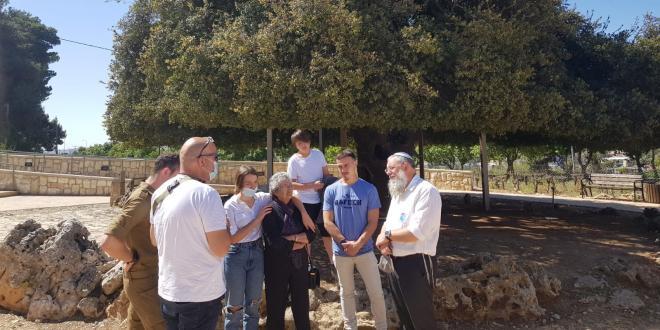 מרגש: תמר שחר הגיעה לראשונה למקום נפילתו של אחיה בקרב גוש עציון